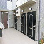 サイディングのパターンや扉の組み合わせがオシャレな玄関。(外観)