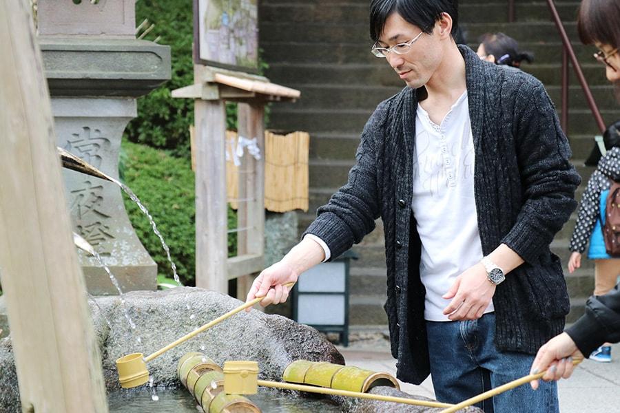 長谷寺の手水舎で手を清める金子充良