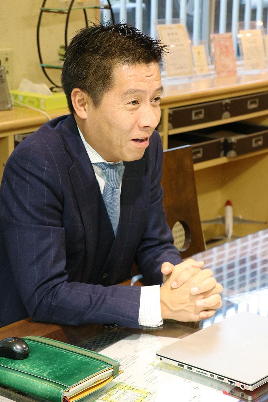 笑顔で商談する岡田裕樹