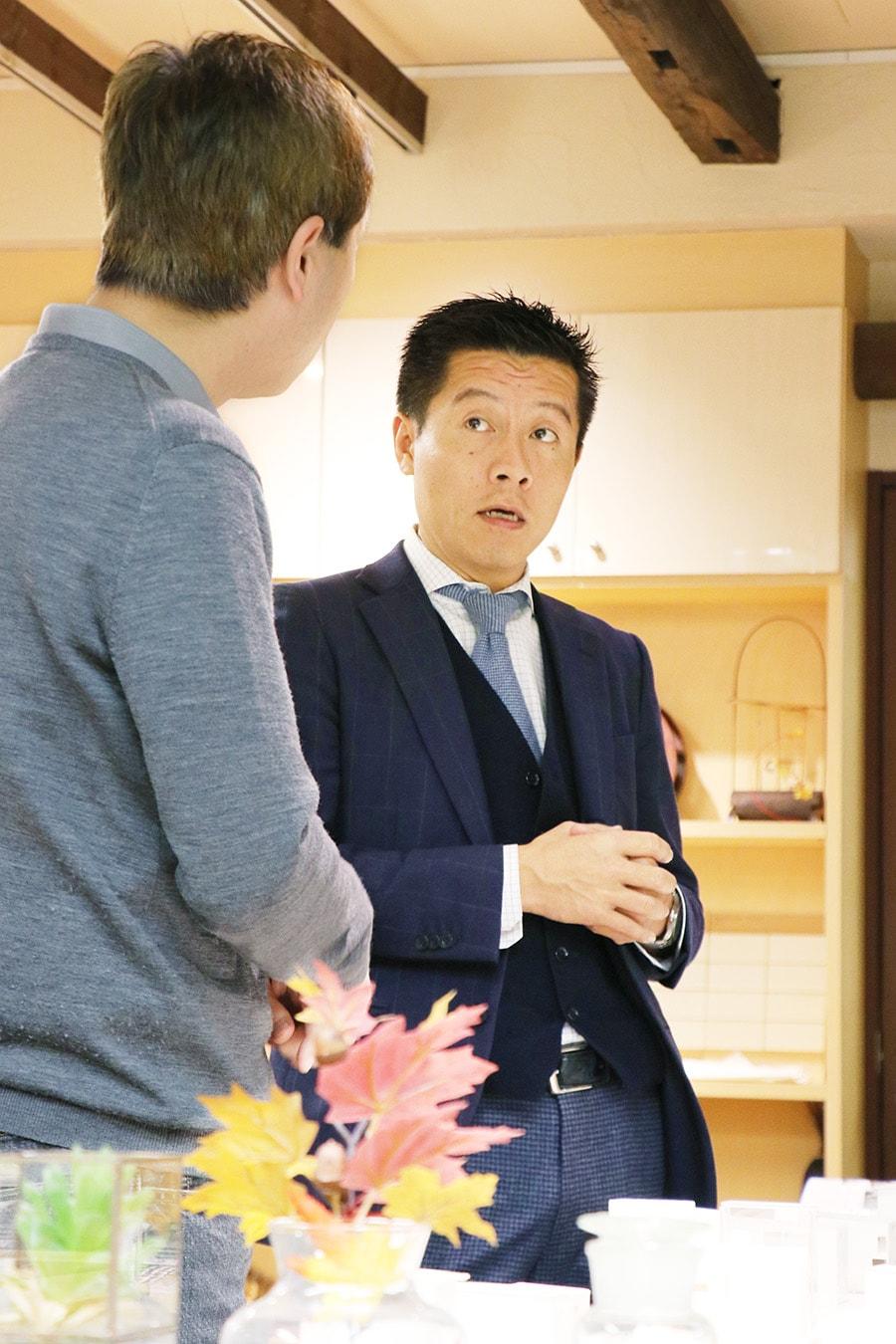 商談中の岡田裕樹