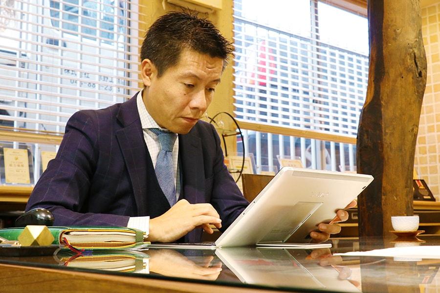 タブレットで資料を見る岡田裕樹