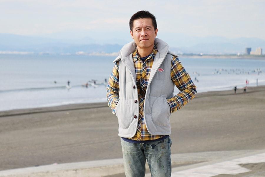 鵠沼海岸で佇む岡田裕樹