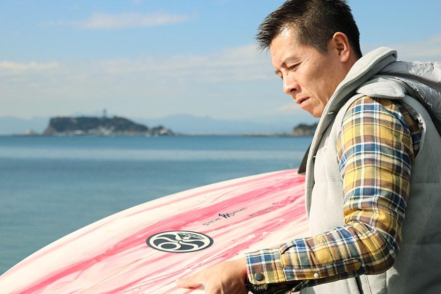 サーフボードを準備する岡田裕樹