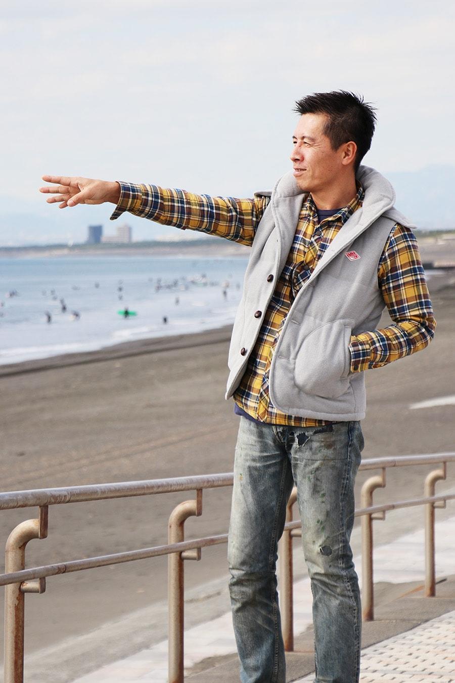 波のチェックをする岡田裕樹